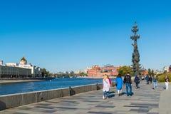Moskau, Russland - 24. September 2017 Ansicht des Monuments zu Peter der Große mit Yakimanskaya-Damm Lizenzfreie Stockfotografie