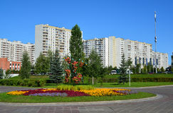 Moskau, Russland - 1. September 2016 Blumentopf mit Ringelblumen auf Zelenograd-Straße Lizenzfreies Stockbild