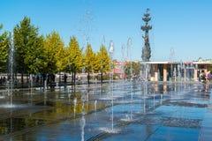 Moskau, Russland - 24. September 2017 Brunnen auf Krimdamm vor zentralem Haus des Künstlers Stockfotografie