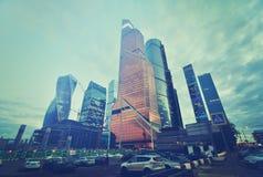 MOSKAU, RUSSLAND - 15. SEPTEMBER 2016: Dämmerungsansicht des Stadt-Geschäftszentrums, Moskau, Russland Instagram-Filter Stockfotografie