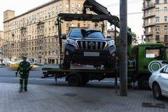 Moskau; Russland, September - erstes--Zwei tausend sechzehn Jahr; Funktion von Â-Schleppseil truckÂ, Autoevakuierung für parkende Lizenzfreie Stockfotografie