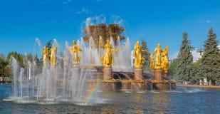MOSKAU, RUSSLAND - 25. SEPTEMBER 2015: Freundschaft der Leutebrunnen VDNKh-Ausstellungsmitte Stockbild