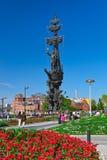 MOSKAU, RUSSLAND - 5. SEPTEMBER: Gehende Leute und Monument zum PET Stockbilder