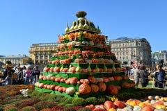 Moskau, Russland - 23. September 2017 Installation von einem frischen Kürbis bei goldenem Autumn Festival Lizenzfreie Stockbilder