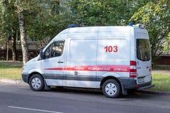 MOSKAU, RUSSLAND - 4. SEPTEMBER 2018: Krankenwagen auf der Stadtstraße, Sommerzeit lizenzfreies stockbild