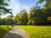 MOSKAU, RUSSLAND - SEPTEMBER-2,2016 Menschen gehen auf schönen Park, botanischer Garten in Moskau, Russland Natur, Wald Lizenzfreie Stockfotografie