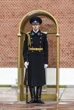 Moskau, Russland, am 29. September 2016: Russischer Wächter durch das monu Lizenzfreie Stockbilder