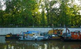 Moskau, Russland, stillstehendes Schiff mit anderen Booten am Dock im Fluss stockbild