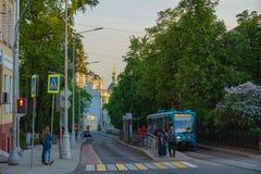 Moskau/Russland - Tram, welche die Station von Chistie Prudi verlässt lizenzfreie stockfotografie