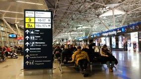 Moskau, Russland, 16 vom Dezember 2017: Leutewarteflüge in Domodedovo-Flughafen, einer von den modernen und das bequem stock video footage