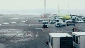 Moskau, Russland 22 von Feb 2016: Domodedovo-Flughafen Viele Zwischenlagen und Bahnen der Landmannschaft stock video