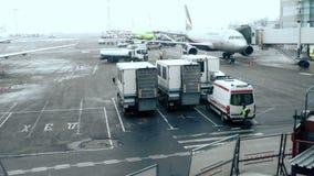 Moskau, Russland 22 von Feb 2016: Passagierflugzeuge von verschiedenen russischen Firmen in Domodedovo-Flughafen stock video