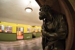 Moskau-` s Retro- Zug U-Bahn von 1934 und eine Bronzeskulptur an der ` Baumanskaya-` Station 10. Juni 2017 moskau Russland Lizenzfreie Stockfotografie