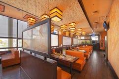 MOSKAU - SEPTEMBER 2014: Der Innenraum des populären japanischen Sushi-Restaurants Stockfotos