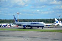 MOSKAU - 5. SEPTEMBER: Flugzeug im Flughafen Domodedovo Lizenzfreies Stockbild