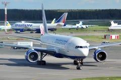MOSKAU - 5. SEPTEMBER: Flugzeug im Flughafen Domodedovo Lizenzfreie Stockfotografie