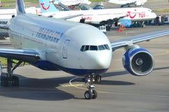 MOSKAU - 5. SEPTEMBER: Flugzeug im Flughafen Domodedovo Lizenzfreie Stockfotos