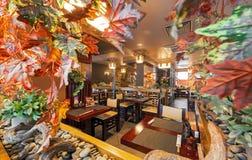 MOSKAU - SEPTEMBER 2014: Innenraum des modernen japanischen Restaurants Lizenzfreies Stockfoto