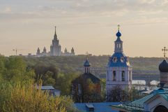 Moskau-staatliche Universität auf Moskau-Fluss lizenzfreie stockfotografie