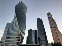 Moskau-Stadt - Ansicht des internationalen Geschäftszentrums Wolkenkratzer Moskaus Ansicht von unten lizenzfreie stockfotografie