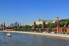 Moskau-Stadtbild der Mitte von Moskau mit dem Kreml im Mai stockbild