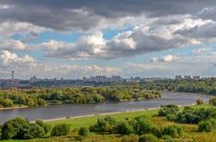 Moskau-Stadtbild mit Fluss und Park Stockfotografie