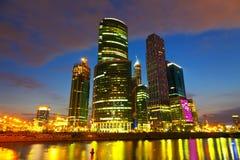 Moskau-Stadtgebäude in der Sommernacht Lizenzfreie Stockbilder