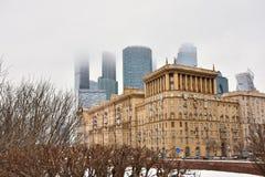 Moskau-StadtGeschäftszentrum im Nebel, Gebäude im Nebel stockfoto