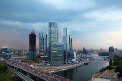 Moskau-Stadtkomplex der Wolkenkratzer am Abend Lizenzfreies Stockfoto