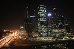 Moskau-Stadtwolkenkratzer in der Nacht Stockbilder