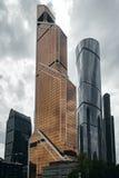 Moskau-Stadtwolkenkratzer im Sommer in der Perspektive des wolkigen Wetters lizenzfreie stockbilder