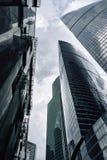 Moskau-Stadtwolkenkratzer im Sommer in der Perspektive des wolkigen Wetters stockfotos