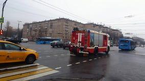 Moskau-Straße mit Autoverkehr auf nasser Straße und der Feuerspritze, die vorbei, Russland überschreitet stock footage
