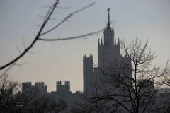 Moskau-Wolkenkratzer im Nebel Stockbilder