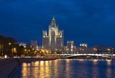 Moskau, Wolkenkratzer nachts Stockbilder