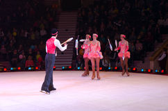 Moskau-Zirkus auf Eis auf Ausflug Leistung der Jongleurgruppe Stockfoto