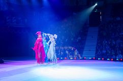 Moskau-Zirkus auf Eis auf Ausflug Drei Elemente, die auf Stelzen eislaufen Stockbild