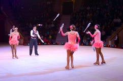 Moskau-Zirkus auf Eis auf Ausflug Leistung der Gruppe Jongleure Stockfotos