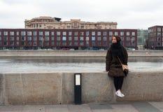 Moskcow河银行的女孩  免版税库存照片
