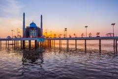 Moskee boven het Water Stock Afbeelding