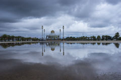 Moskee in de regenachtige dag Stock Afbeeldingen
