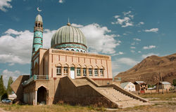 Moskee door vaklieden van het Midden-Oosten bij zonnige dag met blauwe hemel wordt gebouwd die Royalty-vrije Stock Fotografie
