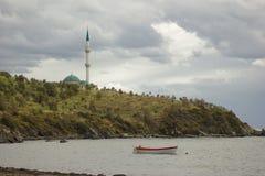 Moskee met wolken en overzees Royalty-vrije Stock Foto's