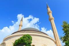 Moskee tegen de blauwe hemel in Kemer Stock Foto