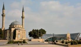 Moskee van de Martelaren en de kabelpost in Baku, hoofdstad van Azerbeidzjan Stock Afbeeldingen