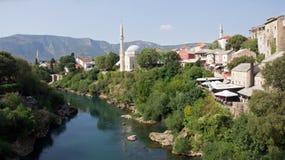 Moskee van Mostar op Neretva-rivier in Bosnië-Herzegovina Stock Fotografie