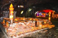 Moskee van zoute bakstenen binnen Khewra-mijn wordt gemaakt die Stock Foto's