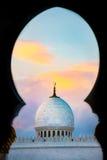 Moskeekoepel door boog Stock Afbeeldingen