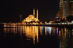 Moskeemening bij nacht Sharjah Stock Afbeeldingen