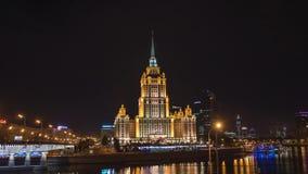 MOSKOU - 28 AUGUSTUS: de Brug en Hotel de Oekraïne van nacht timelapse Novoarbatsky in Moskou stock footage